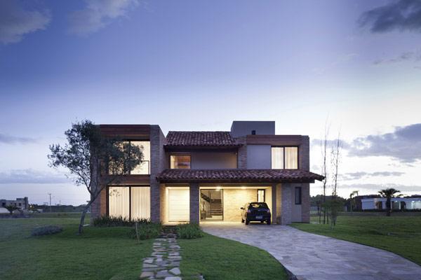 Được thiết kế bởi Giuliano Montero Architect nằm ở Atlântida, Xangri-lá, Brazil. Trãi dài trên diện tích 422.08 m2, ngôi nhà nghỉ mùa hè nyà được xây dựng là nơi nghi ngơi cho một gia đình và các vị khách. Mẫu nhà đẹp được thiết kế theo phong cách dân dã, truyền thống, thiết kế nhà có gara, hồ bơi bên cạnh, nội thất của mẫu biệt thự được trang trí giản dị và tinh tế, với bộ bàn gỗ và ghế sofa ở phòng khách kết với không gian phòng ăn và phòng khách là nơi sinh hoạt chung, đọc sách và xem vô tuyến của gia đình, không gian tầng 2 của thiết kế biệt thự là phòng ngủ và phòng tắm.  Tường nhà được xây bằng gạch thô, giản dị và mộc mạc, ngôi nhà trang trí bằng các đồ dùng từ thời xưa tạo cảm giác trang nhã.